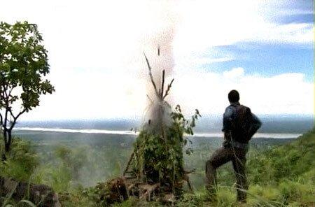 Сигнальный костер в лесу или горах