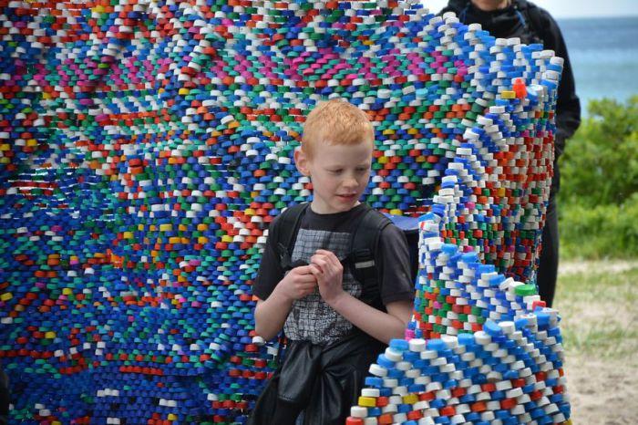 Создать из мусора предмет искусства: павильон, сделанный из пластиковых крышек, собранных на пляже
