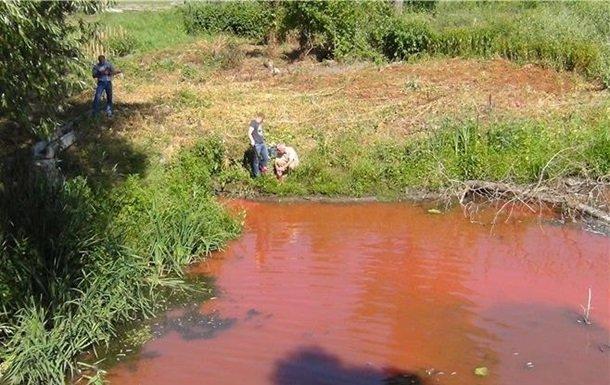 Под Киевом река Стугна стала красного цвета