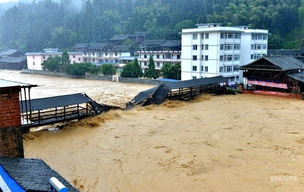 Наводнения в Китае разрушили тысячи домов