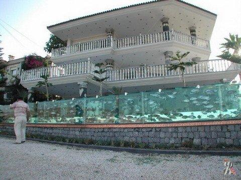 В Турции построен единственный в мире забор-аквариум