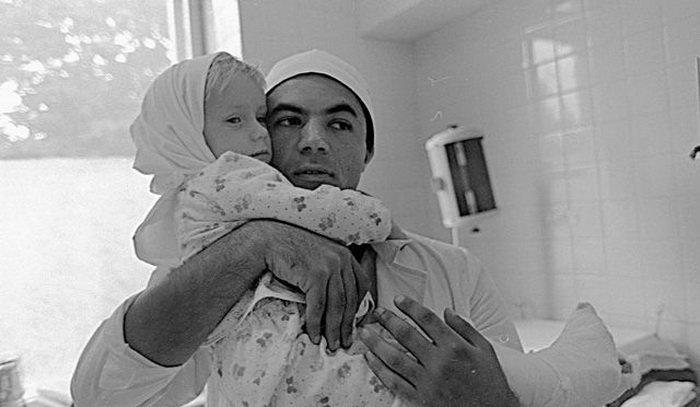 Первая в истории операция по пришиванию обеих ног: за судьбой малышки следил весь СССР