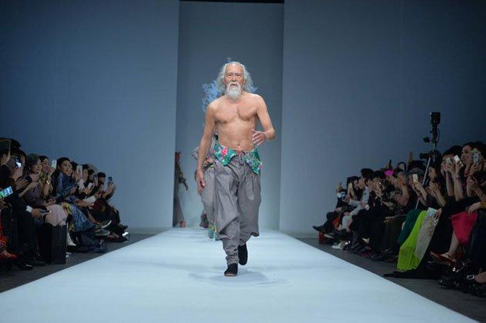 Никогда не поздно достигать цели: 80-летний дедушка стал звездой недели моды в Китае