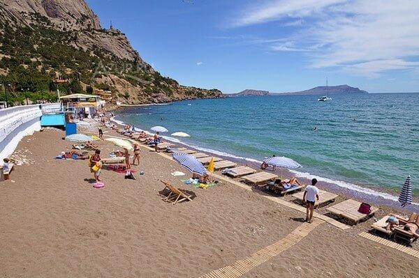 На фото пляжи Нового Света в Крыму.